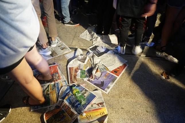 Xem pháo hoa xong, nhiều người vô tư vứt rác trên phố Nguyễn Huệ ảnh 2