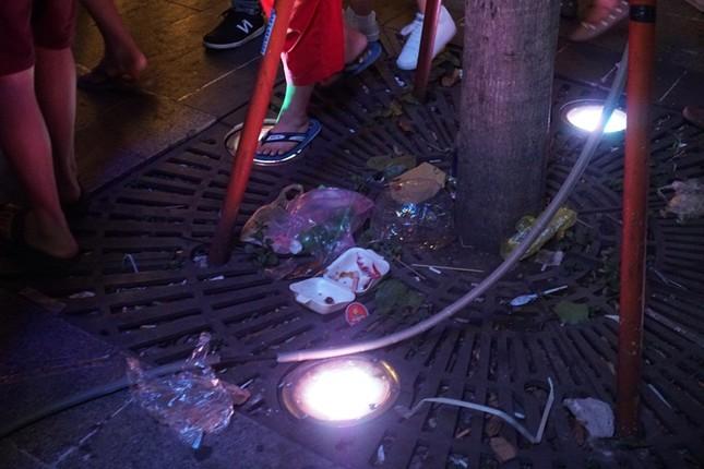 Xem pháo hoa xong, nhiều người vô tư vứt rác trên phố Nguyễn Huệ ảnh 7