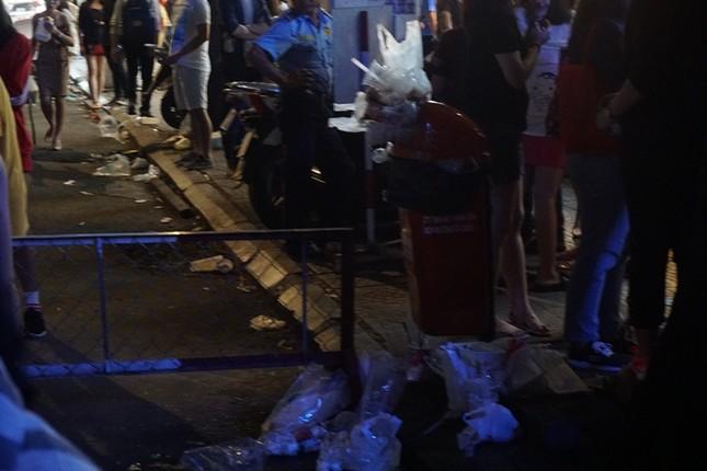 Xem pháo hoa xong, nhiều người vô tư vứt rác trên phố Nguyễn Huệ ảnh 5