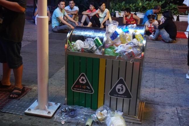 Xem pháo hoa xong, nhiều người vô tư vứt rác trên phố Nguyễn Huệ ảnh 6
