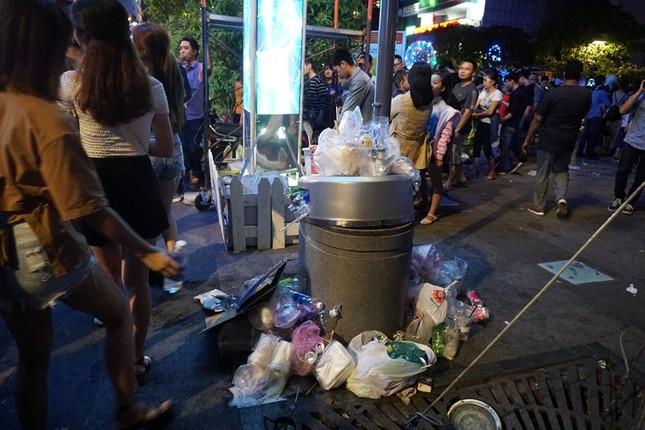 Xem pháo hoa xong, nhiều người vô tư vứt rác trên phố Nguyễn Huệ ảnh 3