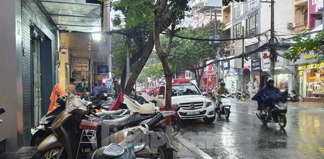 Hai nhóm người cầm hung khí 'huyết chiến' giữa phố Sài Gòn ảnh 3