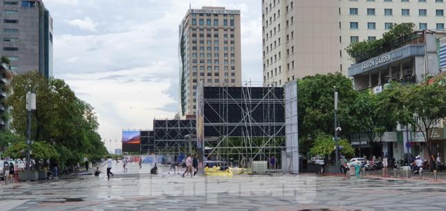 Năm màn hình khổng lồ ở Sài Gòn phục vụ khán giả xem King's Cup ảnh 2