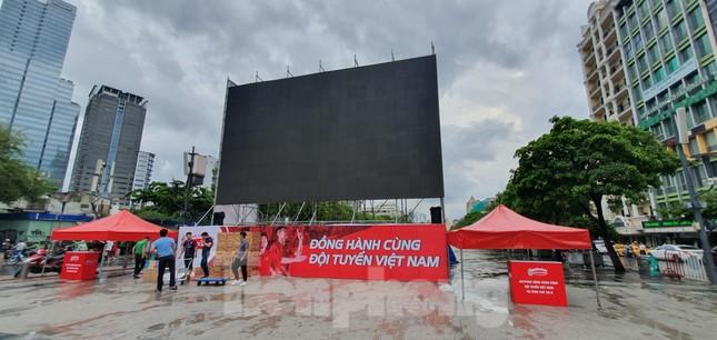 Năm màn hình khổng lồ ở Sài Gòn phục vụ khán giả xem King's Cup ảnh 3