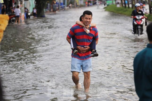 Người Sài Gòn xây 'lô cốt' chống ngập ảnh 13