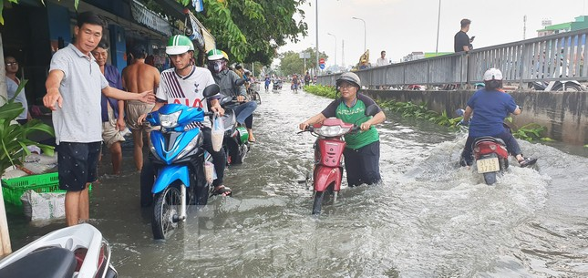 Người Sài Gòn xây 'lô cốt' chống ngập ảnh 17