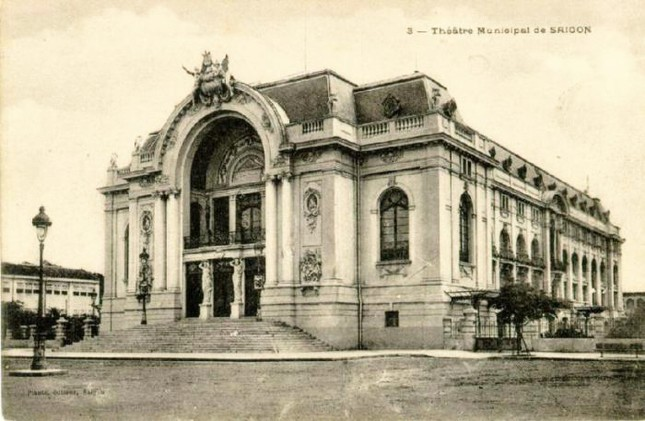 Hoàn thành vào năm 1990 với khán phòng có 3 tầng, tổng cộng khoảng 800 chỗ ngồi. Phía trước nhà hát là quảng trường rộng lớn.Năm 1998, nhà hát được sửa chữa và phục chế lại mặt tiền theo nguyên mẫu năm 1990. 2