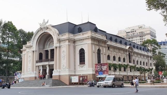 Hoàn thành vào năm 1990 với khán phòng có 3 tầng, tổng cộng khoảng 800 chỗ ngồi. Phía trước nhà hát là quảng trường rộng lớn.Năm 1998, nhà hát được sửa chữa và phục chế lại mặt tiền theo nguyên mẫu năm 1990. 1