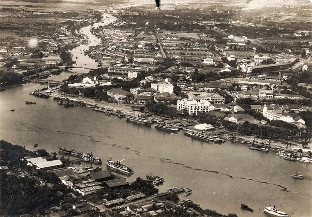 Bờ sông Sài Gòn chụp vào năm 1929 từ khu vực công trường Mê Linh (quận 1) đến quận 4. Bờ sông Sài Gòn nhìn từ phía Thủ Thiêm (quận 2). Các cao ốc mọc lên kéo dài từ công trường Mê Linh đến phía bờ quận 4. Đây là khu vực mệnh danh là khu vực đất vàng của Sài Gòn. 2