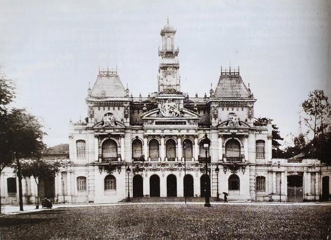 Tòa thị chính hay còn gọi là Dinh Xã Tây được xây dựng từ năm 1898. Hai cánh trái và phải tòa nhà được xây thêm một tầng lầu vào những năm 1950. Sau năm 1975, tòa nhà trở thành trụ sở UBND TPHCM. Sau này, trước UBND TPHCM xây dựng tượng đài Chủ tịch Hồ Chính Minh. Phía trước là quảng trường rộng lớn hay còn gọi là phố đi bộ Nguyễn Huệ. Là nơi vui chơi giải trí, tổ chức các sự kiện lớn của TPHCM. 2