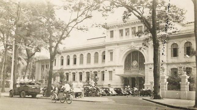 Được xây dựng trong khoảng từ năm 1886-1891 theo đồ án thiết kế của kiến trúc sư người Auguste-Henri Vildieu. Đây là công trình mang phong cách châu Âu kết hợp nét trang trí châu Á. Nơi đây vừa là điểm giao dịch bưu điện, vừa là trụ sở của Sở Bưu chính Nam kỳ.Sau năm 1975, trở thành trụ sở Bưu điện TPHCM trực thuộc Tổng công ty Bưu chính Viễn thông Việt Nam. Nơi đây là điểm đến không thể thiếu của du khách nước ngoài mỗi khi đặt chân đến TPHCM. 2