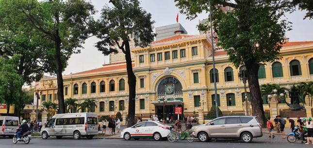 Được xây dựng trong khoảng từ năm 1886-1891 theo đồ án thiết kế của kiến trúc sư người Auguste-Henri Vildieu. Đây là công trình mang phong cách châu Âu kết hợp nét trang trí châu Á. Nơi đây vừa là điểm giao dịch bưu điện, vừa là trụ sở của Sở Bưu chính Nam kỳ.Sau năm 1975, trở thành trụ sở Bưu điện TPHCM trực thuộc Tổng công ty Bưu chính Viễn thông Việt Nam. Nơi đây là điểm đến không thể thiếu của du khách nước ngoài mỗi khi đặt chân đến TPHCM. 1