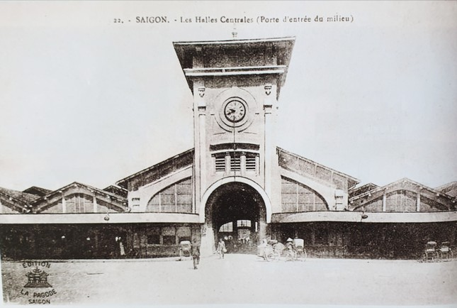 Hình ảnh chợ Bến Thành khoảng năm 1910-1920. Đây là chợ được xây dựng bởi hãng Brossard et Mopin của Pháp. Được xây dựng theo kiểu chợ trung tâm Les Halles ở Paris. Chợ có 4 cửa chính và đặt tên theo các hướng Đông, Tây, Nam và Bắc. Bên trên cửa hướng Nam (biểu tượng chợ Bến Thành) có một tháp đồng hồ lớn ba mặt, là biểu tượng của chợ.Hơn 100 năm tồn tại, chợ Bến Thành đã đi vào ký ức nhiều thế hệ người dân và được xem như biểu tượng của Sài Gòn. 2