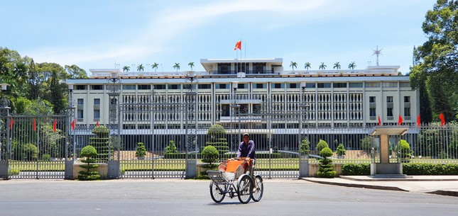 Năm 1868, chính quyền Pháp bắt đầu cho thiết kế và xây dựng tại trung tâm thành phố Sài Gòn một Dinh thự làm nơi ở cho Thống đốc Nam kỳ, khi xây xong có tên gọi là Dinh Norodom.Ngày nay, Dinh Ðộc Lập là di tích quốc gia đặc biệt được đông đảo du khách trong nước và nước ngoài đến tham quan và là nơi tổ chức nhiều sự kiện lớn của thành phố. 1