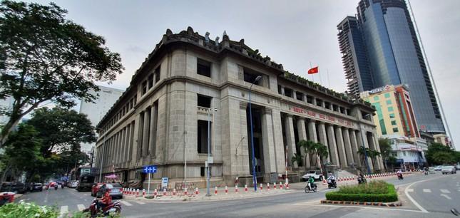 Tòa nhà xây dựng năm 1930 và là trụ sở của Ngân hàng Đông Dương (có trụ sở chính tại Pháp). Sau năm 1975, trở thành Ngân hàng Nhà nước Việt Nam – Chi nhánh TPHCM. 1