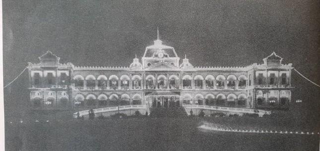 Năm 1868, chính quyền Pháp bắt đầu cho thiết kế và xây dựng tại trung tâm thành phố Sài Gòn một Dinh thự làm nơi ở cho Thống đốc Nam kỳ, khi xây xong có tên gọi là Dinh Norodom.Ngày nay, Dinh Ðộc Lập là di tích quốc gia đặc biệt được đông đảo du khách trong nước và nước ngoài đến tham quan và là nơi tổ chức nhiều sự kiện lớn của thành phố. 2