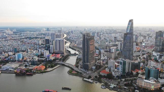 Bờ sông Sài Gòn chụp vào năm 1929 từ khu vực công trường Mê Linh (quận 1) đến quận 4. Bờ sông Sài Gòn nhìn từ phía Thủ Thiêm (quận 2). Các cao ốc mọc lên kéo dài từ công trường Mê Linh đến phía bờ quận 4. Đây là khu vực mệnh danh là khu vực đất vàng của Sài Gòn. 1