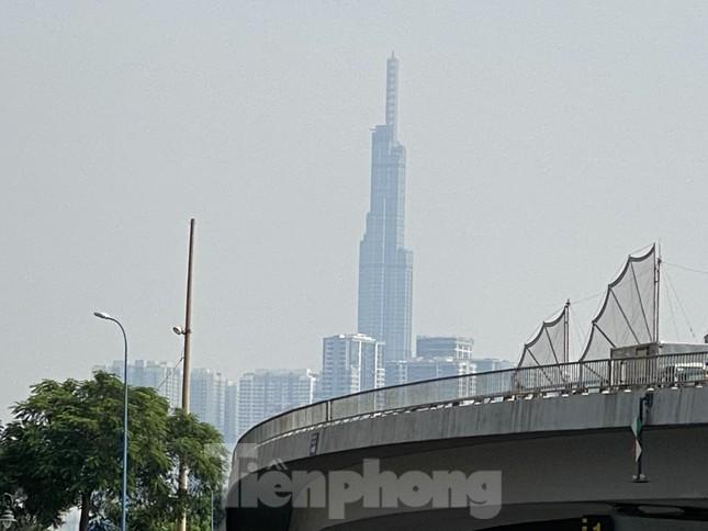 Cuối tuần, sương mù phủ kín cao ốc Sài Gòn ảnh 1