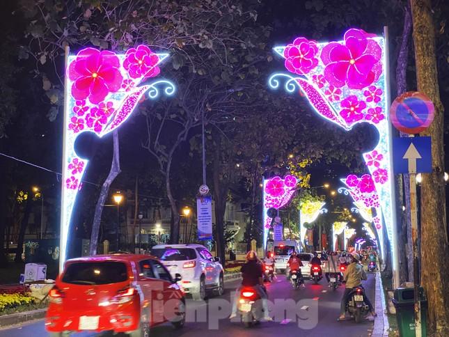 Đường phố Sài Gòn rực rỡ sắc màu chào đón năm 2020 ảnh 8