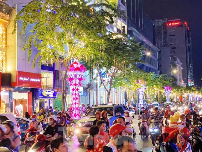 Đường phố Sài Gòn rực rỡ sắc màu chào đón năm 2020 ảnh 11