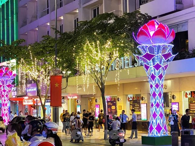 Đường phố Sài Gòn rực rỡ sắc màu chào đón năm 2020 ảnh 2