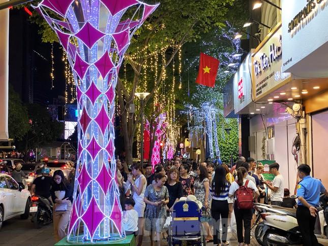 Đường phố Sài Gòn rực rỡ sắc màu chào đón năm 2020 ảnh 3