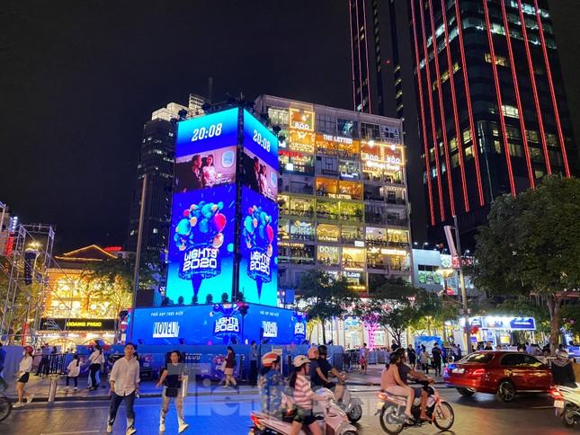 Đường phố Sài Gòn rực rỡ sắc màu chào đón năm 2020 ảnh 1