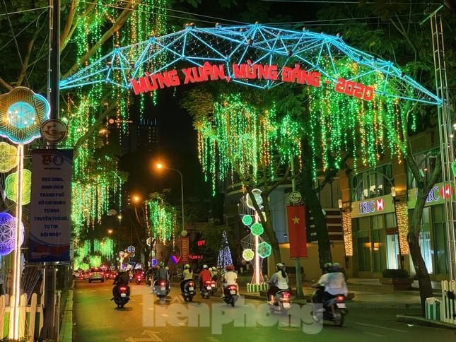 Đường phố Sài Gòn rực rỡ sắc màu chào đón năm 2020 ảnh 7