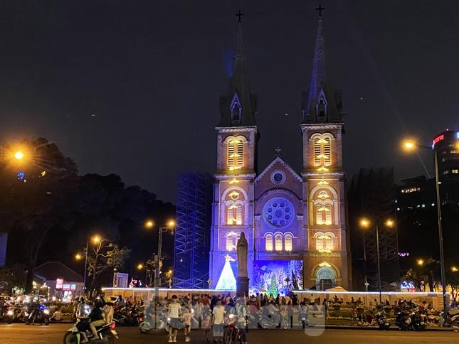 Đường phố Sài Gòn rực rỡ sắc màu chào đón năm 2020 ảnh 14