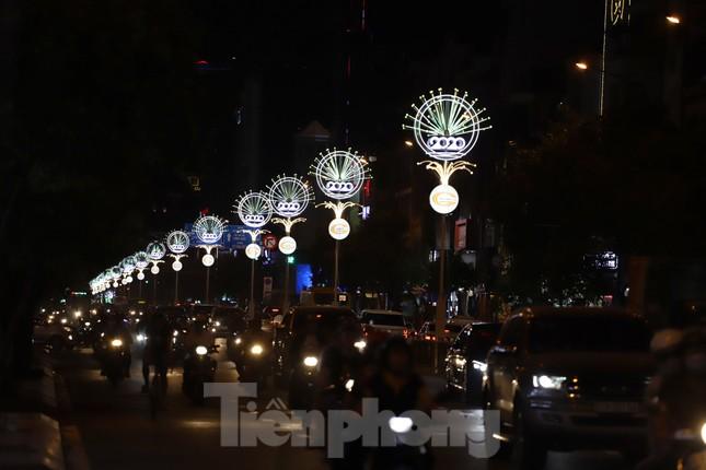 Đường phố Sài Gòn rực rỡ sắc màu chào đón năm 2020 ảnh 16