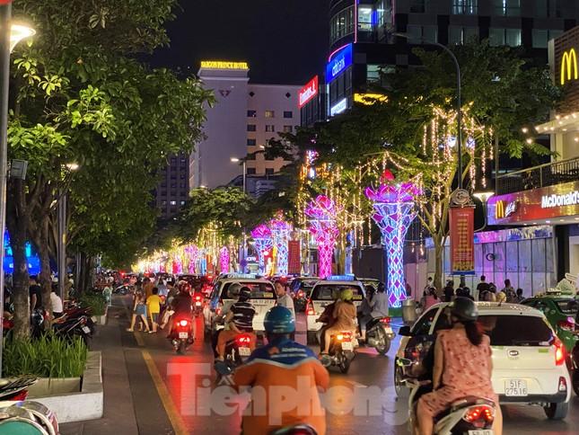 Đường phố Sài Gòn rực rỡ sắc màu chào đón năm 2020 ảnh 12