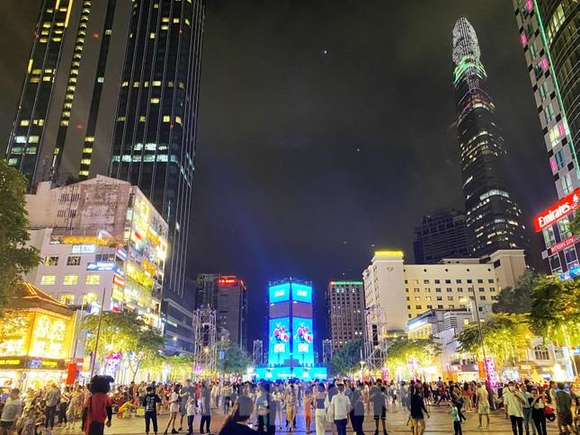 Đường phố Sài Gòn rực rỡ sắc màu chào đón năm 2020 ảnh 15