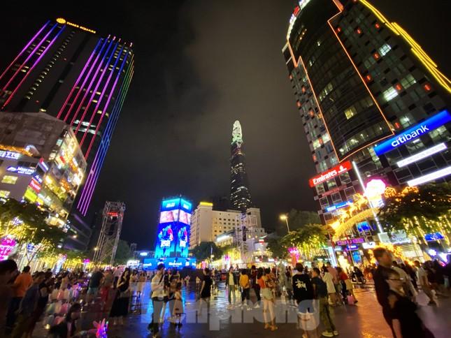 Đường phố Sài Gòn rực rỡ sắc màu chào đón năm 2020 ảnh 18