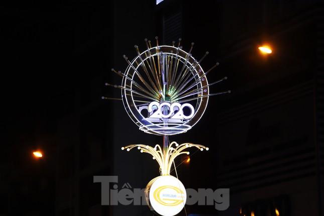 Đường phố Sài Gòn rực rỡ sắc màu chào đón năm 2020 ảnh 17