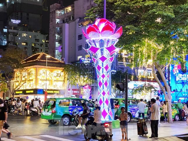 Đường phố Sài Gòn rực rỡ sắc màu chào đón năm 2020 ảnh 6