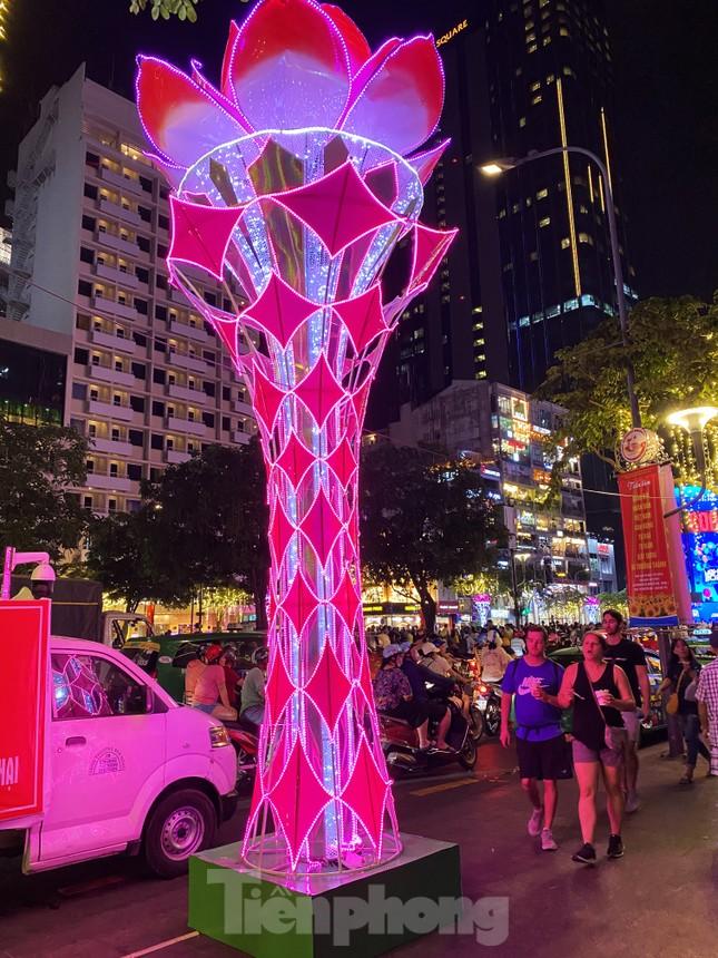 Đường phố Sài Gòn rực rỡ sắc màu chào đón năm 2020 ảnh 5