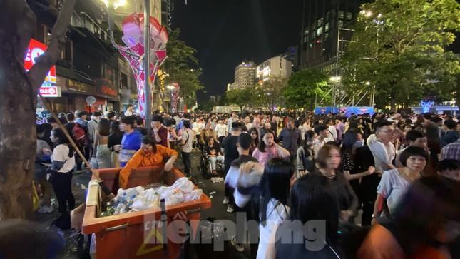 Ngổn ngang rác trên phố đi bộ Nguyễn Huệ sau màn bắn pháo hoa ảnh 10