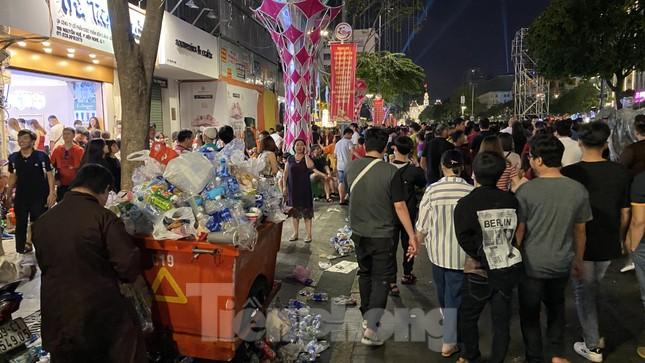 Ngổn ngang rác trên phố đi bộ Nguyễn Huệ sau màn bắn pháo hoa ảnh 1