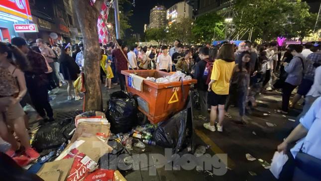 Ngổn ngang rác trên phố đi bộ Nguyễn Huệ sau màn bắn pháo hoa ảnh 2