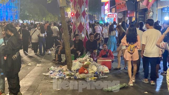 Ngổn ngang rác trên phố đi bộ Nguyễn Huệ sau màn bắn pháo hoa ảnh 3