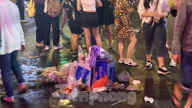 Ngổn ngang rác trên phố đi bộ Nguyễn Huệ sau màn bắn pháo hoa ảnh 4