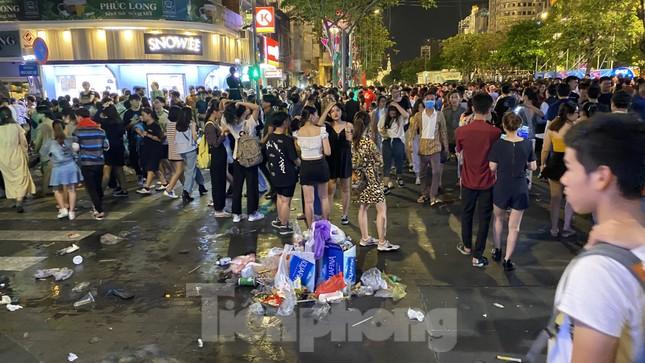 Ngổn ngang rác trên phố đi bộ Nguyễn Huệ sau màn bắn pháo hoa ảnh 5