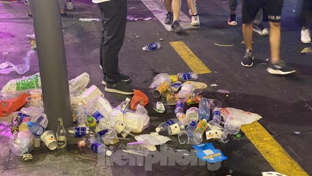 Ngổn ngang rác trên phố đi bộ Nguyễn Huệ sau màn bắn pháo hoa ảnh 6