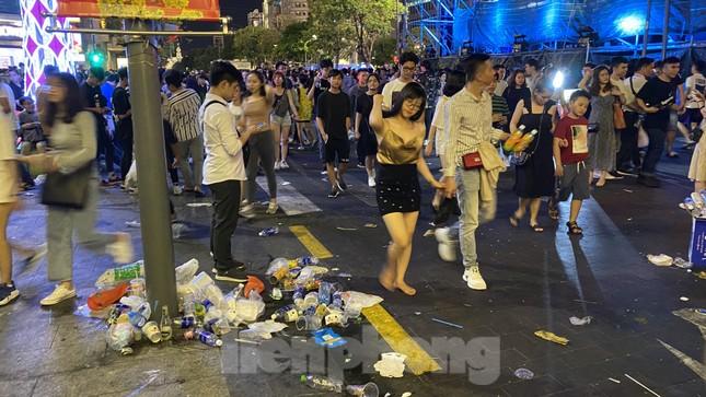 Ngổn ngang rác trên phố đi bộ Nguyễn Huệ sau màn bắn pháo hoa ảnh 7