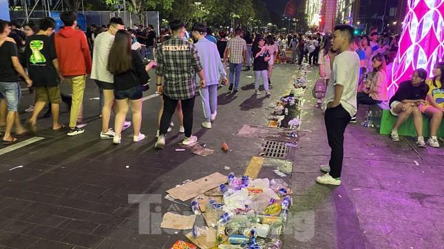 Ngổn ngang rác trên phố đi bộ Nguyễn Huệ sau màn bắn pháo hoa ảnh 8