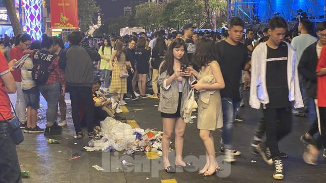Ngổn ngang rác trên phố đi bộ Nguyễn Huệ sau màn bắn pháo hoa ảnh 9