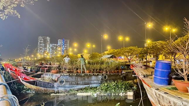 Chợ hoa 'trên bến dưới thuyền' nhộn nhịp về đêm ảnh 10