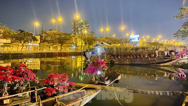 Chợ hoa 'trên bến dưới thuyền' nhộn nhịp về đêm ảnh 11