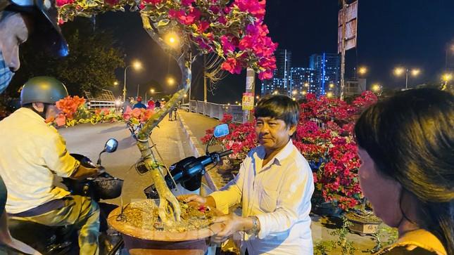 Chợ hoa 'trên bến dưới thuyền' nhộn nhịp về đêm ảnh 12