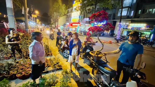 Chợ hoa 'trên bến dưới thuyền' nhộn nhịp về đêm ảnh 14